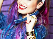 Demi-Lovato-lanca-apliques-coloridos