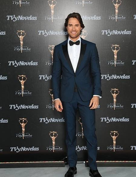 angelique-boyer-e-sebastian-rulli-no-premio-tv-y-novelas-2016-2