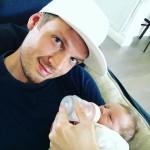Nick Carter, dos Backstreet Boys, posta foto dando mamadeira para o filho