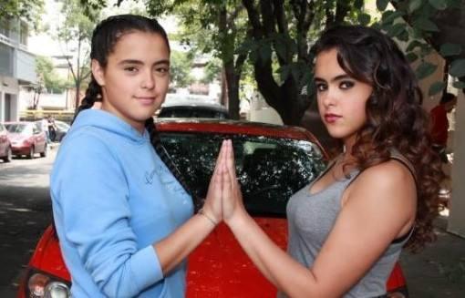 julia-maqueo-a-esmeralda-crianca-da-novela-a-gata-grava-com-sua-irma-gemea