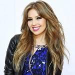 Thalía se joga nos fãs durante show