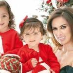 No clima do Natal, Jacqueline Bracamontes leva as filhas para ver o Papai Noel
