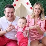 Belutti e Thaís Pacholek fazem ensaio fotográfico natalino com filho