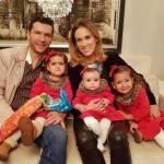 Jacqueline Bracamontes posa com toda família em clima de Natal