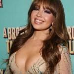 Thalía capricha no decote em evento