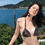 Bia Arantes de 'Carinha de Anjo' posa de biquíni durante férias