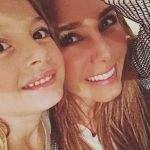 Elizabeth Gutiérrez posta foto com a filha na África