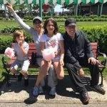 Thalía curte parque de diversões com a família