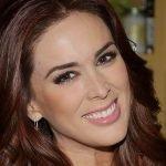 Jacqueline Bracamontes revelou que gostaria de ser cantora e gravar um videoclipe