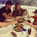 William Levy e família têm jantar animado