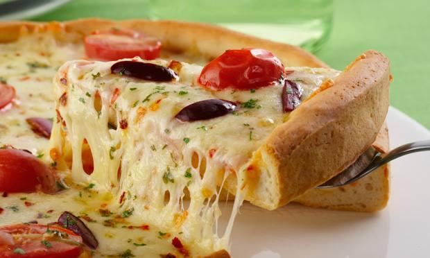 receita-pizza-caseira-com-dois-queijos