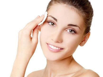 dormir-com-maquiagem-causa-danos-a-pele-3