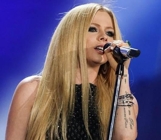 Avril-Lavigne-volta-aos-palcos