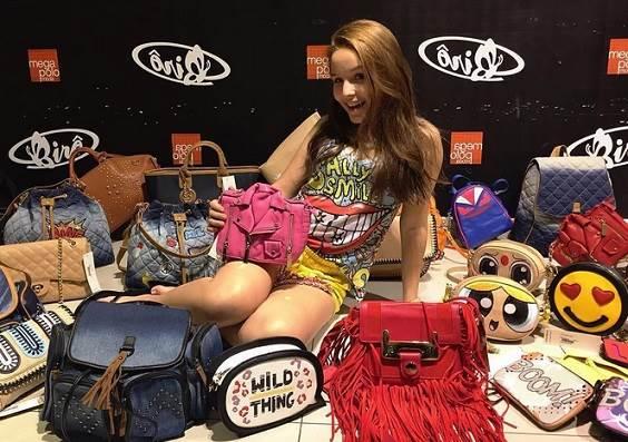7db8eb8ffbc99 Larissa Manoela visita loja de bolsas e anuncia novidade - Dicas na ...