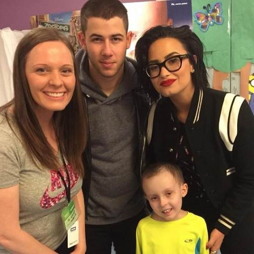Demi-Lovato-e-Nick-Jonas-visitam-hospital-2