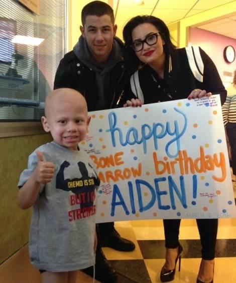Demi-Lovato-e-Nick-Jonas-visitam-hospital-3