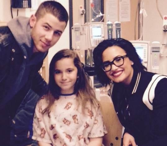 Demi-Lovato-e-Nick-Jonas-visitam-hospital