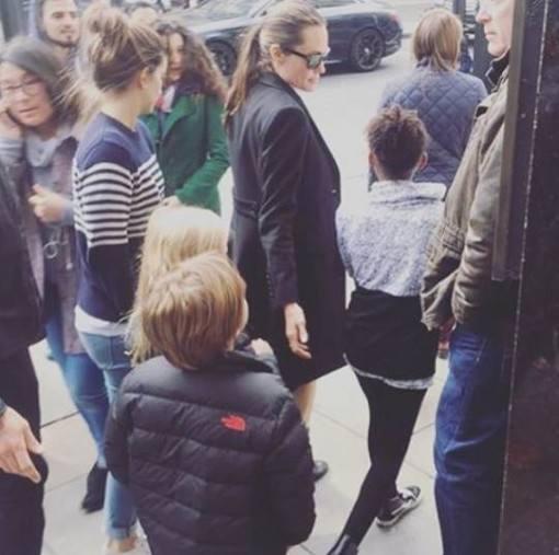 Angelina-Jolie-passeando-familia-3