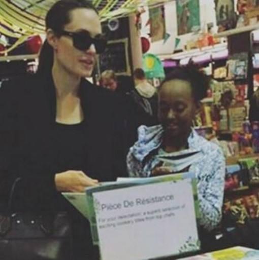 Angelina-Jolie-passeando-familia