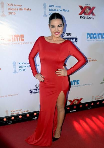maite-perroni-marca-presenca-em-premiacao-com-vestido-vermelho