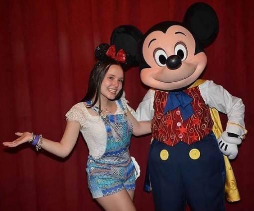larissa-manoela-com-mickey-mouse