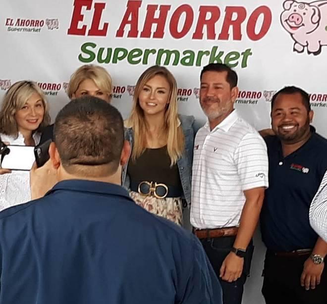 Angelique Boyer participa de evento em supermercado
