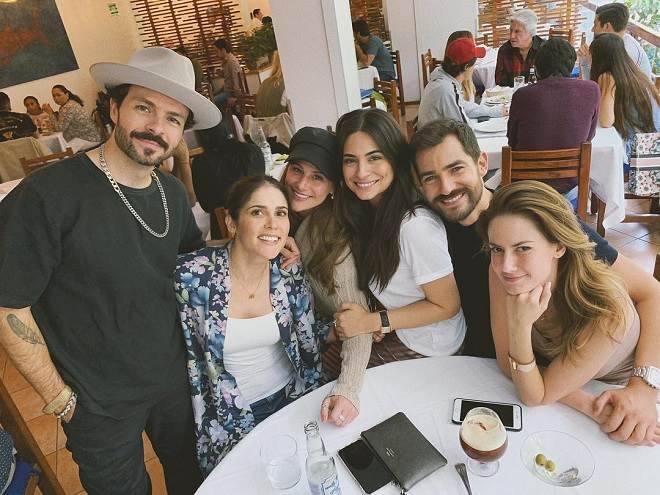Ana Branda e elenco de   Por Amar sin Ley