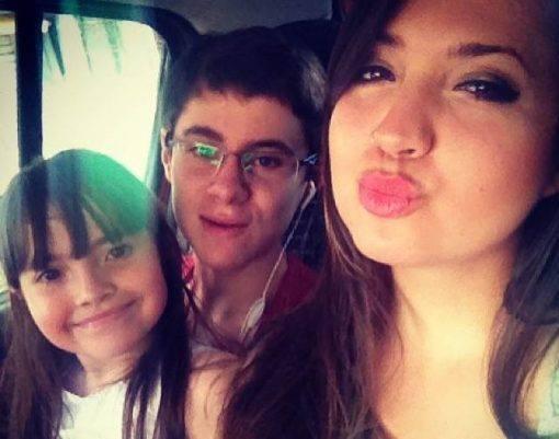 Rafael Miguel e suas irmãs