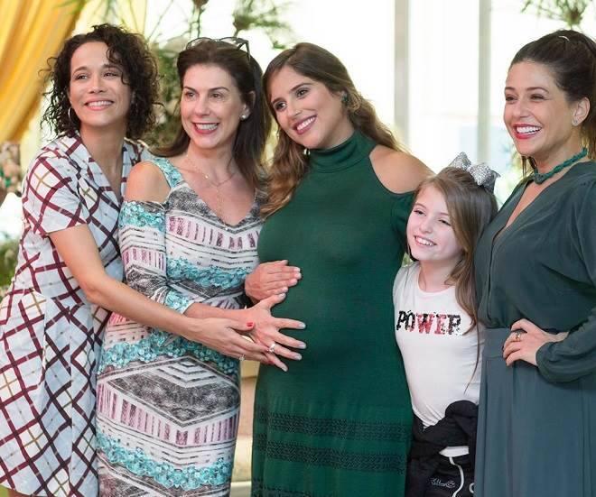 Camila Camargo recebe elenco de Carinha de Anjo