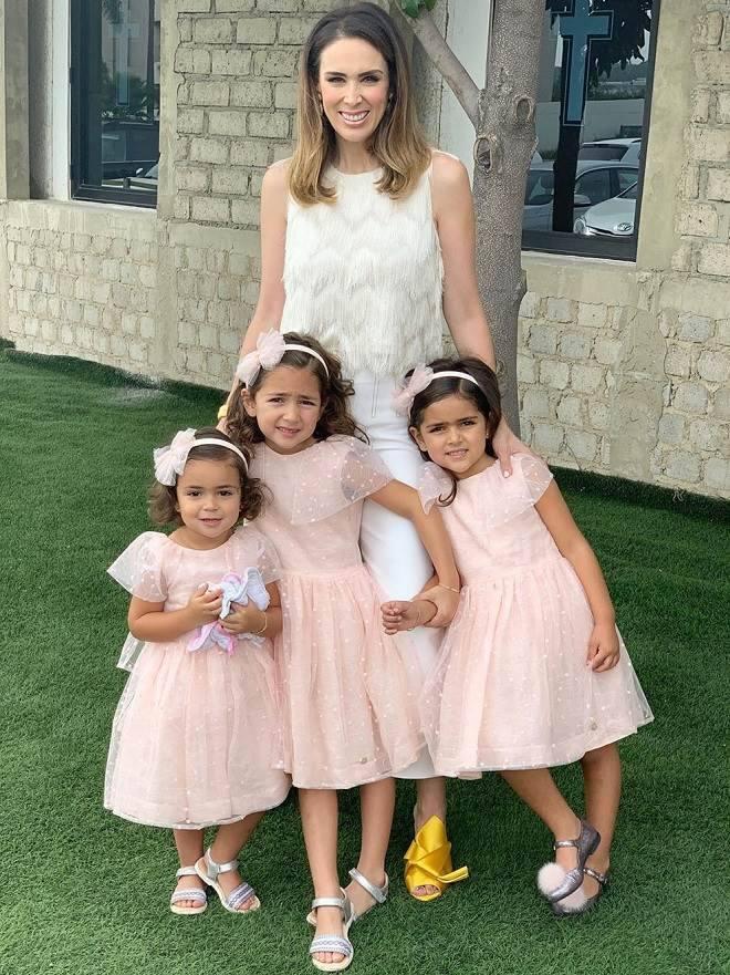 Jacqueline Bracamontes com as filhas
