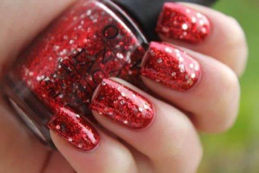 unhas decoradas com esmaltes vermelhos com brilho