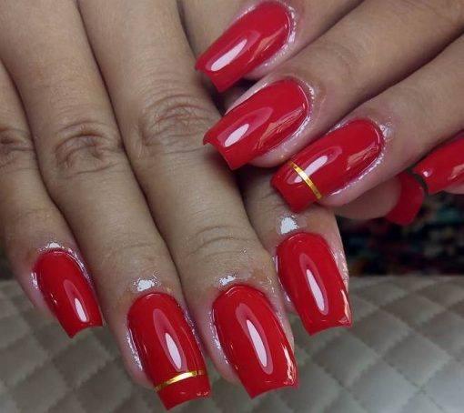 Unhas decoradas com esmaltes vermelhos