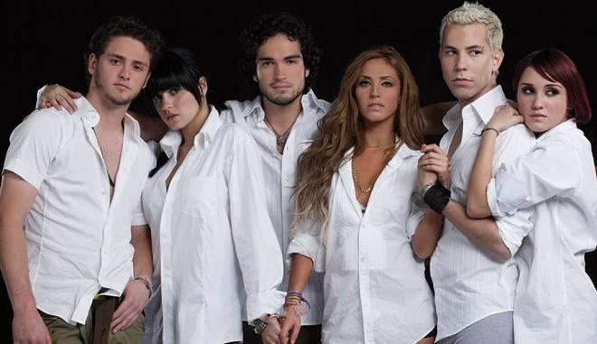 Membro do RBD é pego cantando uma música da banda