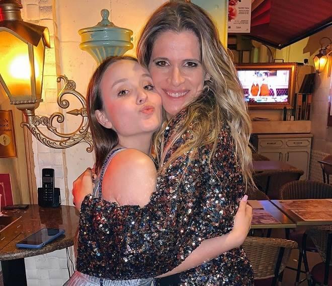 Larissa Manoela possa com atores da Globo