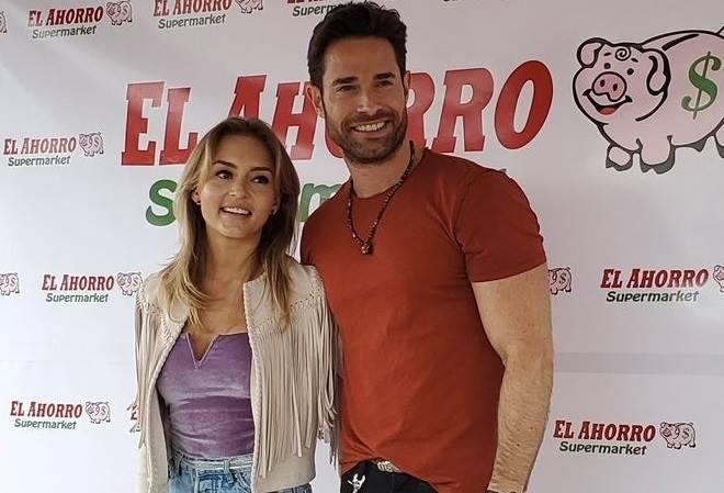 Angelique Boyer e Sebastián Rulli juntos em evento de supermercado