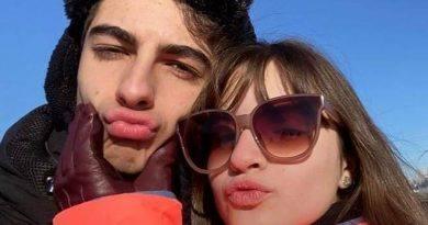 Sophia Valverde, a Poliana, beija o namorado na boca durante viagem e compartilha foto