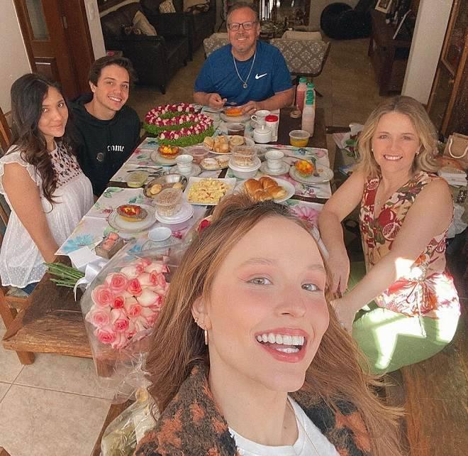 Larissa Manoela está morando com namorado 'Somos uma família feliz'