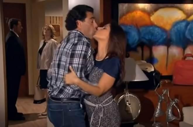 Amores Verdadeiros: Cristina beija José Ângelo na frente de Vitória para fazer ciúmes