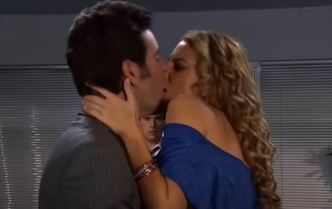 Amores Verdadeiros: José Ângelo flagra Nelson beijando Kendra