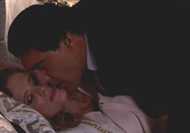 Amores Verdadeiros: José Ângelo se empolga ao ver Vitória dormindo