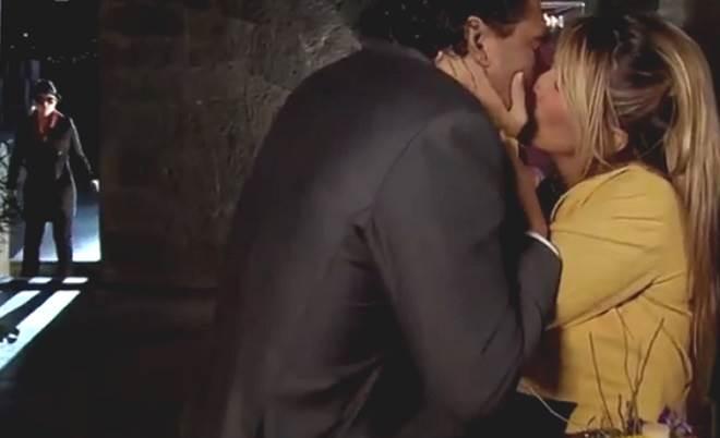 Amores Verdadeiros: Vitória fica com ciúmes ao ver Aguiar beijando outra mulher