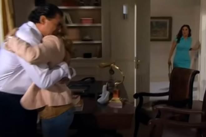 Amores Verdadeiros: Cristina flagra Aguiar e Vitória abraçados