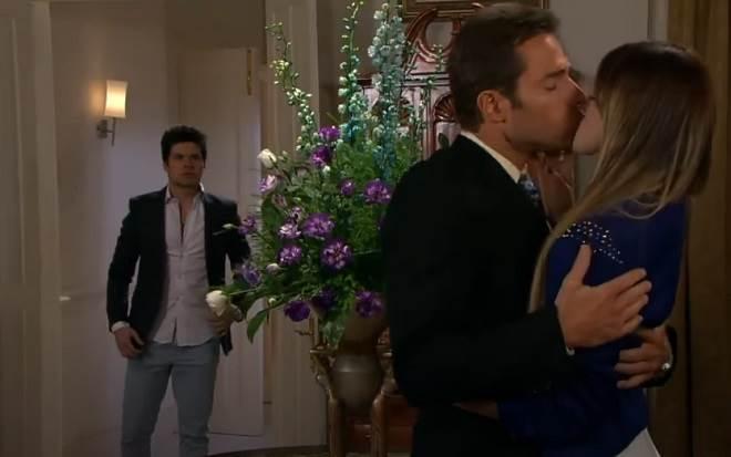 Amores Verdadeiros: Roy flagra Nikki e Gusmão aos beijos
