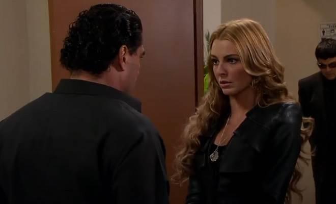 Amores Verdadeiros: José Ângelo expulsa Kendra do velório de Cristina