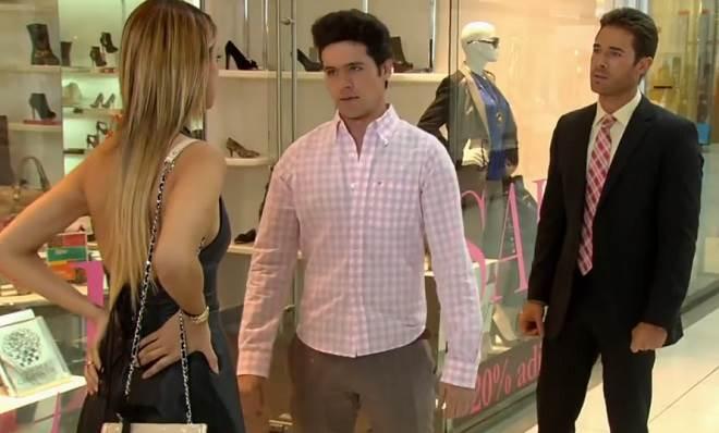 Amores Verdadeiros: Roy flagra Nikki abraçada com Gusmão e pede para escolher