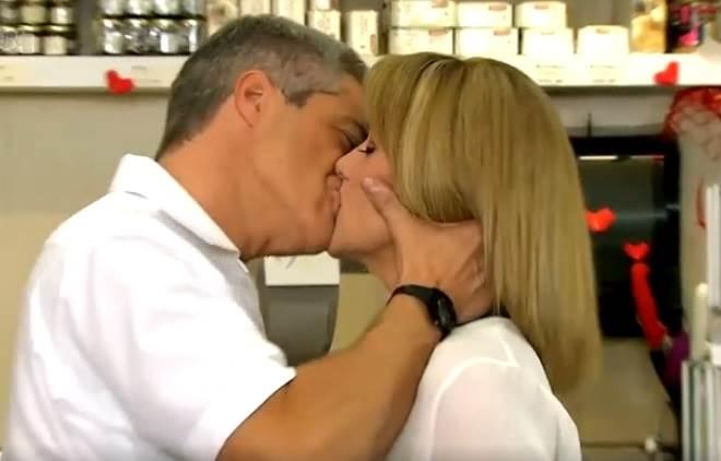 Amores Verdadeiros: Carlos e Vitória se beijam