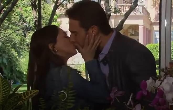 Amores Verdadeiros: Liliana beija Gusmão e pede para eles namorarem