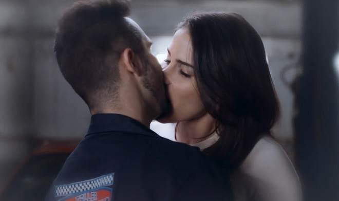 Te Dou a Vida: Pedro e Helena se beijam